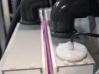 Obrázek: Povrchová úprava koronou kabelů ve vojenském leteckém průmyslu