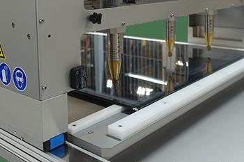 Úprava povrchu plazmou solárních panelů před lepením pro vylepšení adheze